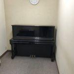 教室に新しいピアノが入りました